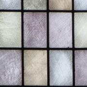 verres soufflés legèrement grisaillés : un effet recueilli et une lumière tamisée